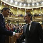 Ex Prime Minister Mariano Rajoy congratulates his successor, Pedro Sanchez, after the vote of no confidence. Source: La Moncloa (via Wikimedia Commons)