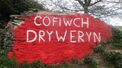 Mae gwaith wedi cychwyn i amddiffyn y gofeb Cofiwch Dryweryn